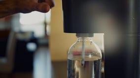 Dispositivo de la corriente de la soda para la carbonatación del agua almacen de metraje de vídeo