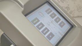 Dispositivo de la pantalla con las partes del cuerpo cosméticas almacen de metraje de vídeo