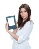 Dispositivo de lectura moderno del libro del ebook del control de la mujer Imagenes de archivo
