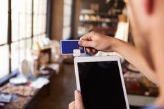 Dispositivo de leitura do cartão de crédito unido à tabuleta de Digitas foto de stock
