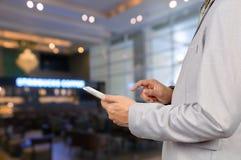 Dispositivo de Use Wireless Tablet del hombre de negocios en restaurante con Bokeh Fotografía de archivo