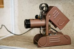 Dispositivo de visión de la película - una máquina asombrosa del vintage en un estante en una casa vieja fotografía de archivo