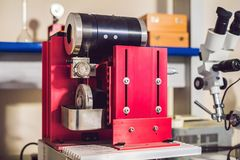 Dispositivo del corte del alambre del diamante para cortar los materiales sólidos en un favorable Imagen de archivo libre de regalías
