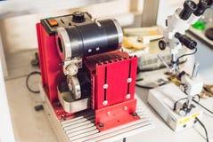 Dispositivo del corte del alambre del diamante para cortar los materiales sólidos en un proceso de la preparación de la muestra Fotos de archivo
