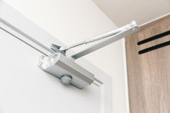 Dispositivo di chiusura automatico della porta dei chiudiporte automatici fotografia stock libera da diritti