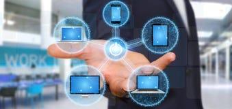 Dispositivo di collegamento di tecnologia dell'uomo d'affari con il suo dito Fotografia Stock Libera da Diritti