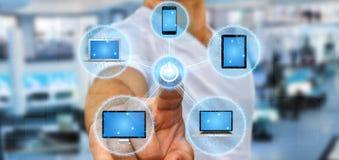 Dispositivo di collegamento di tecnologia dell'uomo d'affari con il suo dito Immagine Stock Libera da Diritti