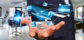 Dispositivo di collegamento di tecnologia dell'uomo d'affari in sua mano Fotografie Stock Libere da Diritti