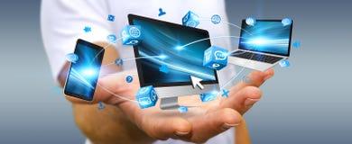 Dispositivo di collegamento di tecnologia dell'uomo d'affari in sua mano Immagini Stock