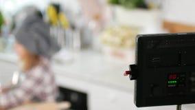 Dispositivo di illuminazione del cinema davanti al cuoco del cuoco unico della bambina allo studio archivi video