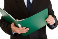 Dispositivo di piegatura della holding dell'uomo d'affari con i documenti. Primo piano fotografia stock libera da diritti