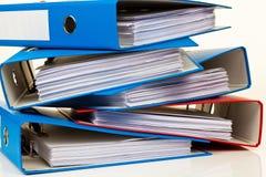 Dispositivo di piegatura di archivio con i documenti ed i documenti fotografia stock libera da diritti