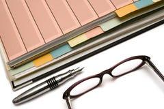 Dispositivo di piegatura, penna e vetri Fotografia Stock