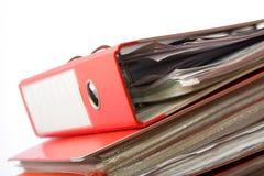 Dispositivo di piegatura rosso dell'ufficio dell'archivio della pila fotografia stock