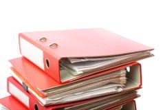 Dispositivo di piegatura rosso dell'ufficio dell'archivio della pila immagine stock libera da diritti
