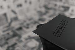 Dispositivo di piegatura top-secret Ottenere informazioni Cartella della lettura, cartella sulla sedia fotografie stock libere da diritti