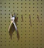 Dispositivo di rimozione di argento della graffetta del metallo che appende sul perno di legno fotografia stock