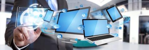 Dispositivo di tecnologia della tenuta dell'uomo d'affari in sua mano Immagini Stock