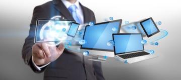 Dispositivo di tecnologia della tenuta dell'uomo d'affari in sua mano Fotografie Stock Libere da Diritti