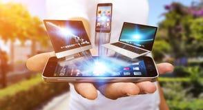 Dispositivo di tecnologia della tenuta dell'uomo d'affari in sua mano Fotografia Stock Libera da Diritti