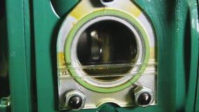 Dispositivo do metal com óleo para dentro no close up complexo industrial vídeos de arquivo