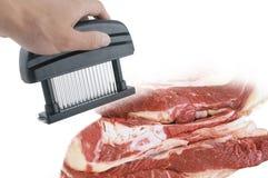 Dispositivo do tenderizer da carne e carne fresca Foto de Stock