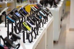 Dispositivo e telefone de Digitas na loja eletrônica fotografia de stock