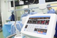 Dispositivo electrónico en la sala de operaciones. Foto de archivo