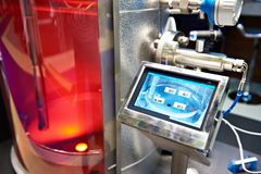 Dispositivo eletrónico automático para medir a temperatura foto de stock