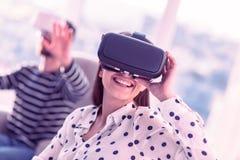 Dispositivo f?mea novo deleitado positivo dos testes VR imagem de stock