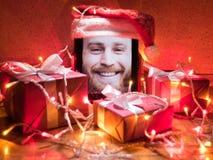 Dispositivo móvel com a foto farpada do homem no ambiente da tela e do Natal Foto de Stock