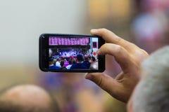 Dispositivo móvel na reunião política Foto de Stock Royalty Free