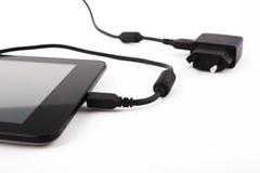 Dispositivo móvil y cargador Foto de archivo libre de regalías