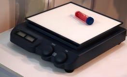Dispositivo magnético automático do misturador do agitador no laboratório, para o líquido da solução em uns tubos de ensaio no mo fotografia de stock
