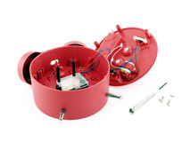 Dispositivo meccanico della sveglia rossa rotta con il piccolo cacciavite e le viti del metallo isolati su fondo bianco Immagine Stock Libera da Diritti
