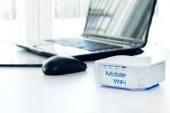 Dispositivo mobile del router di WiFi sulla tavola Fotografie Stock Libere da Diritti