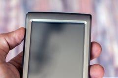 Dispositivo mobile della tenuta della mano Fotografie Stock