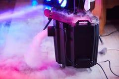 Dispositivo moderno del hielo seco del humo/de la niebla en la acción fotos de archivo