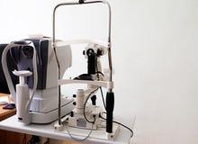 Dispositivo moderno di prova dell'occhio che sta in laboratorio fotografie stock libere da diritti
