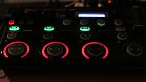 Dispositivo musical electrónico moderno para hacer golpes y muestras del lazo con los botones y botones del centelleo en el club  almacen de metraje de vídeo