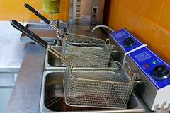 Dispositivo para cozinhar batatas e carne no fritado fotos de stock royalty free