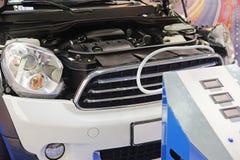 Dispositivo per il controllo del condizionatore d'aria usato per la riparazione dell'automobile Fotografie Stock