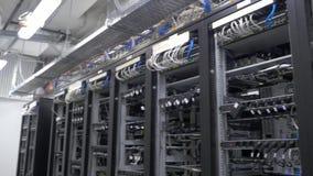 Dispositivo per l'estrazione mineraria della valuta cripto Fila della messa a punto dei minatori del bitcoin sugli shelfs metalli archivi video