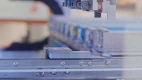 Dispositivo robótico na fábrica industrial que recolhe componentes filme