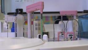 Dispositivo robot per analisi e sistemi diagnostici - attrezzatura moderna del laboratorio per analizzare dei campioni archivi video