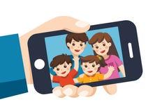Dispositivo umano e Selfie della tenuta della mano immagine stock libera da diritti