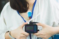 Dispositivo vestindo paciente do monitor do holter para monitorar eleger imagem de stock royalty free