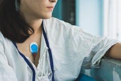 Dispositivo vestindo paciente do monitor do holter para monitorar eleger foto de stock