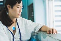 Dispositivo vestindo paciente do monitor do holter para monitorar eleger fotos de stock royalty free