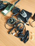 dispositivos ajustados de rádio eletrônicos nos fones de ouvido militares dos fios das tabelas fotografia de stock royalty free